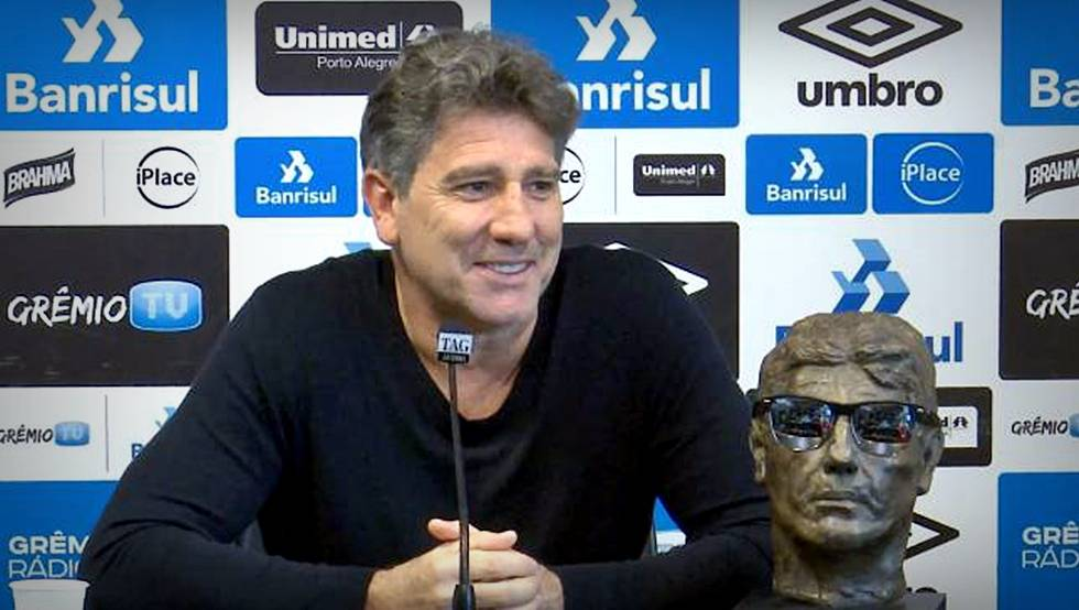 Renato Gaúcho posa com seu próprio busto durante entrevista este ano.