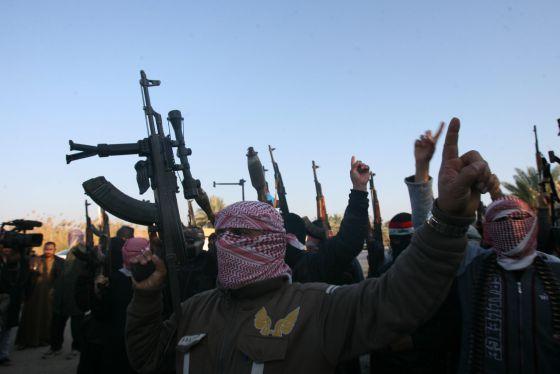 Milicianos sunitas protestam contra o governo iraquiano.