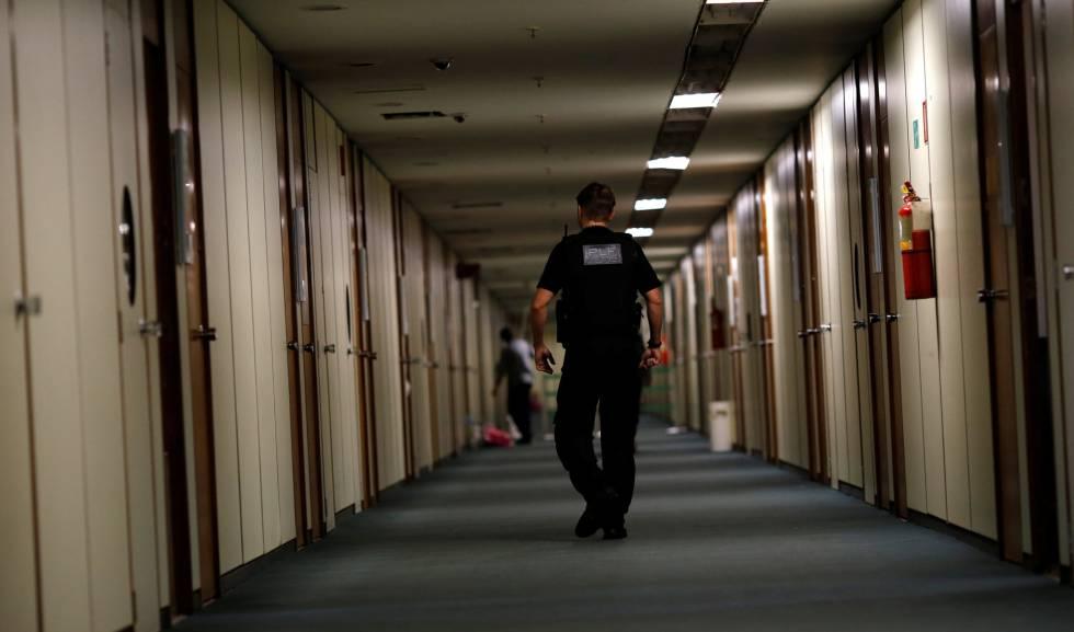 Policiais federais cumprem mandado de busca e apreensão na Câmara dos Deputados em Brasília, nesta quarta.