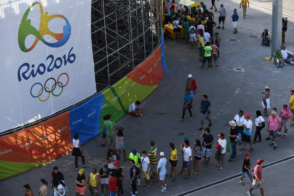 Filas para entrar no centro de tênis no Parque Olímpico.