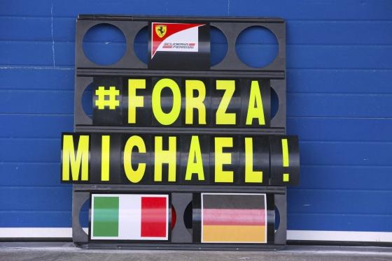 Mensagem de apoio a Schumacher na garagem da Ferrari em Jerez.