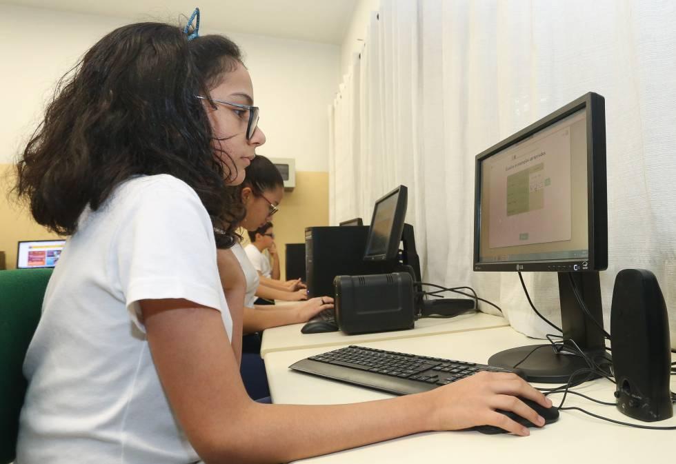 Alunas usam computador em uma escola pública de São Paulo.