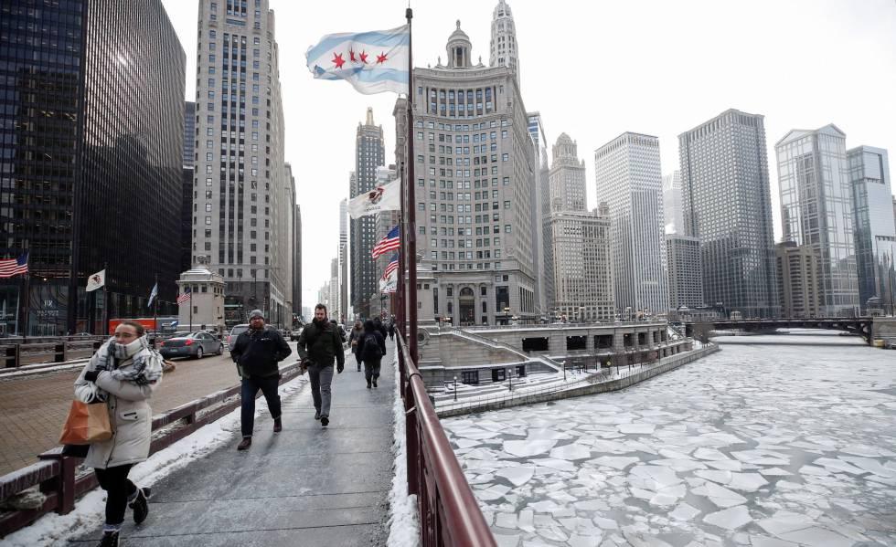 Pessoas caminham nesta terça-feira por Chicago durante a onda de frio polar