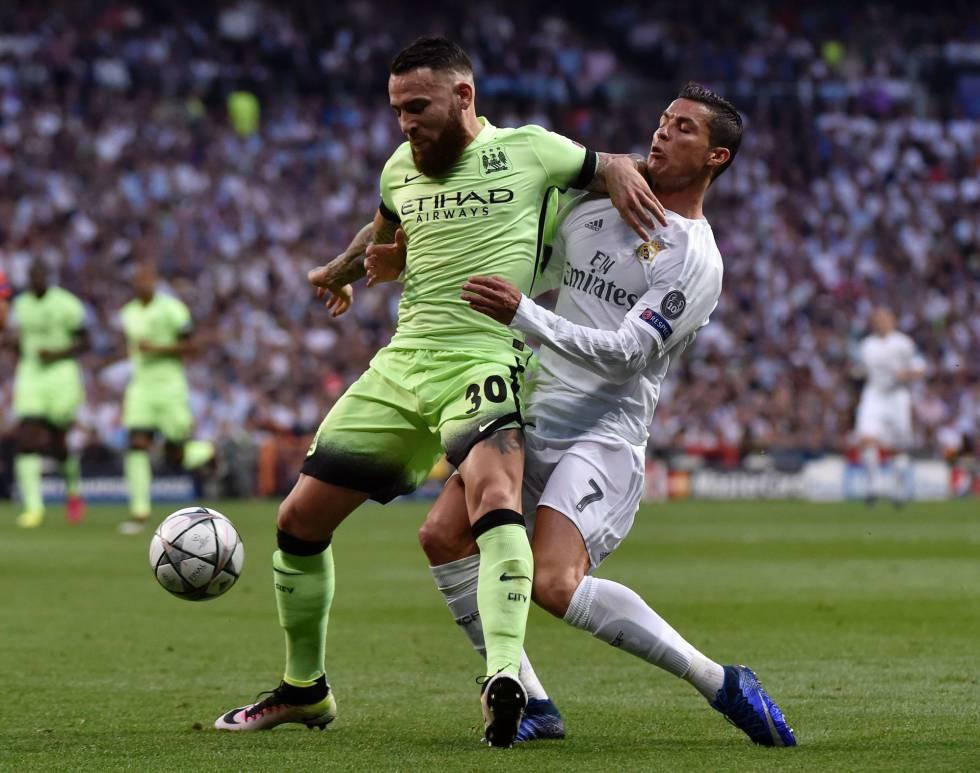 Nicolas Otamendi tenta parar a Cristiano Ronaldo, do Real Madrid.