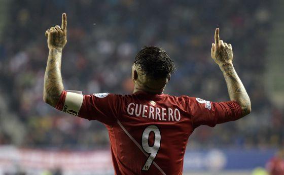 Paolo Guerrero comemora um gol nas quartas de final contra a Bolívia.