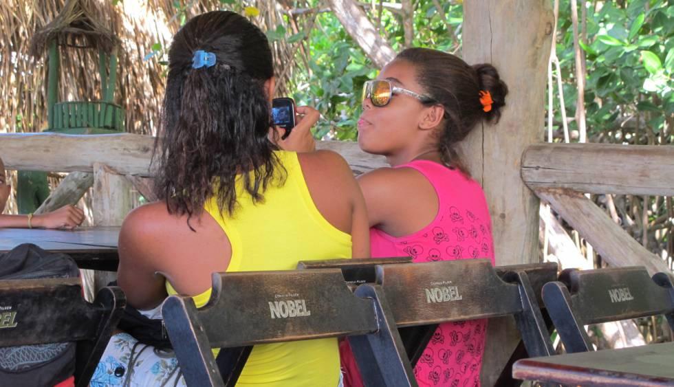 Moradoras de um povoado na Bahia usam celular.
