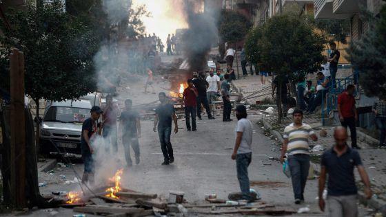 Manifestantes protestam em Istambul depois dos primeiros ataques.