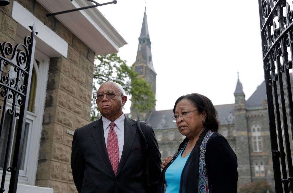 Joe Stewart posa ao lado de Patricia Bayonne-Johnson em Georgetown. Os dois descendem do grupo de escravos vendidos em 1838.
