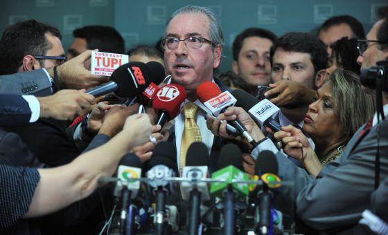 Cunha anuncia decisão de acatar pedido de impeachment.