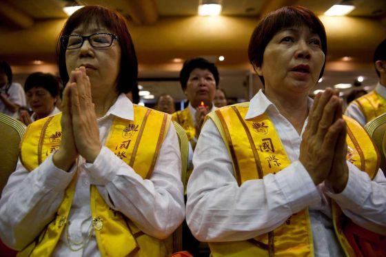 Malaios oram pelos ocupantes do avião desaparecido.