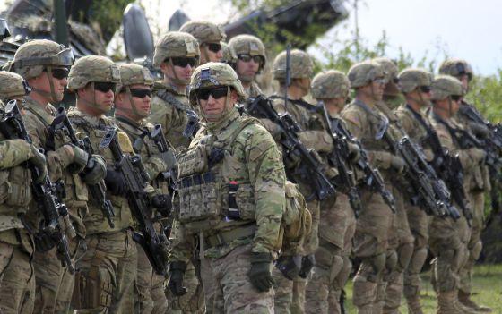 Soldados norte-americanos participam de manobras com tropas britânicas, romenas e moldavas, em abril, na Romênia.