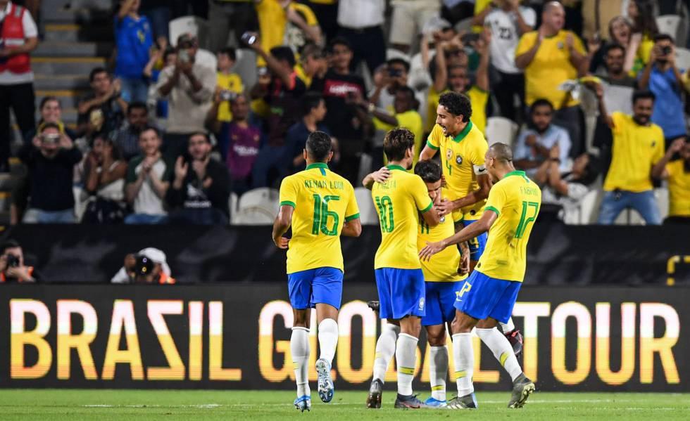 Renan Lodi, Paquetá, Marquinhos e Fabinho comemoram com Coutinho o segundo gol brasileiro.