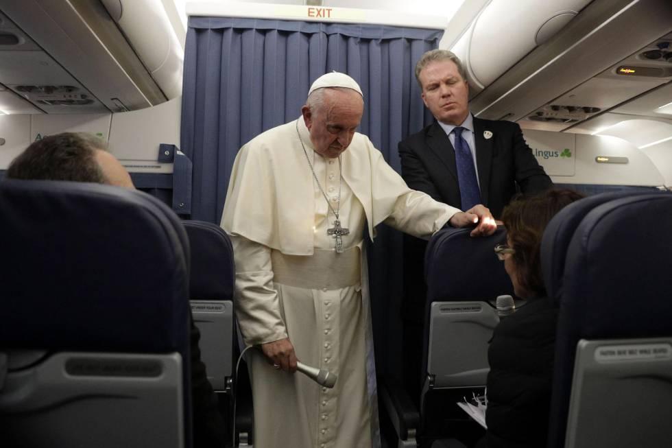 No avião papal Francisco ouve a pergunta de um jornalista norte-americano sobre as acusações de encobrimento.