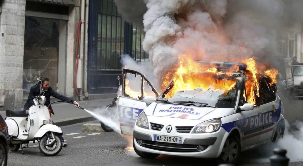Carro da polícia em chamas por manifestantes em Paris.