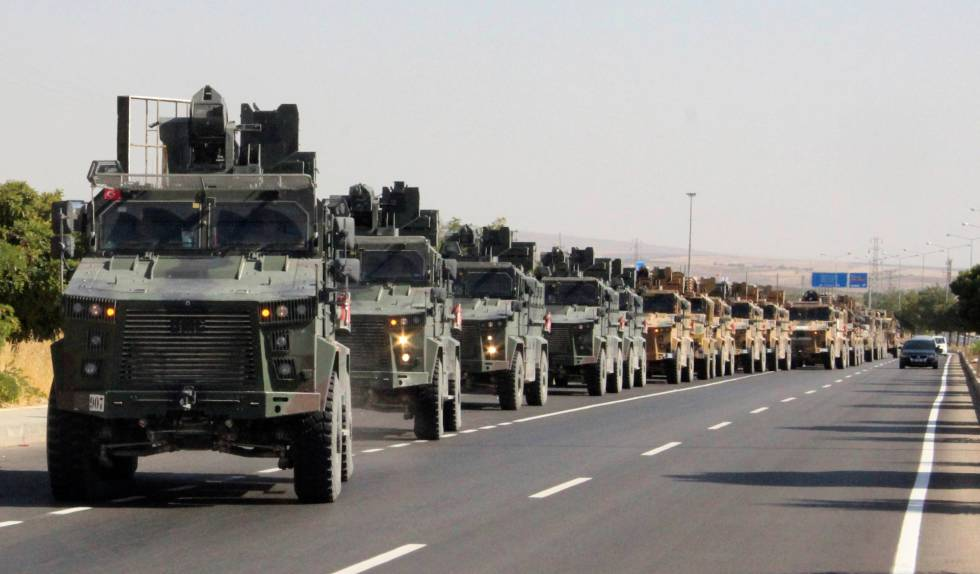 Comboio militar turco perto da fronteira turco-síria, nesta quarta-feira.