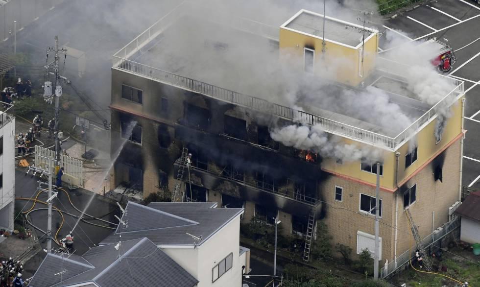 Os bombeiros trabalham no incêndio no edifício da Kyoto Animation.