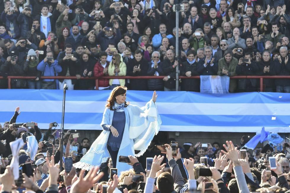 Cristina Fernández de Kirchner em comício em Buenos Aires.