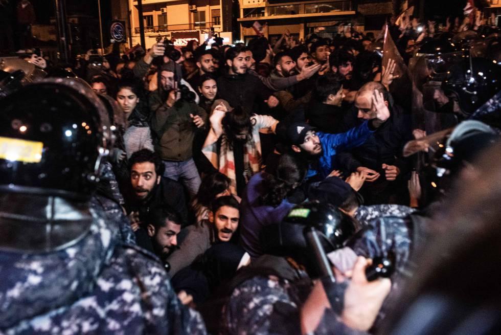 O Exército libanês desaloja à força os manifestantes que bloquearam o anel viário de Beirute na madrugada da última quarta-feira.