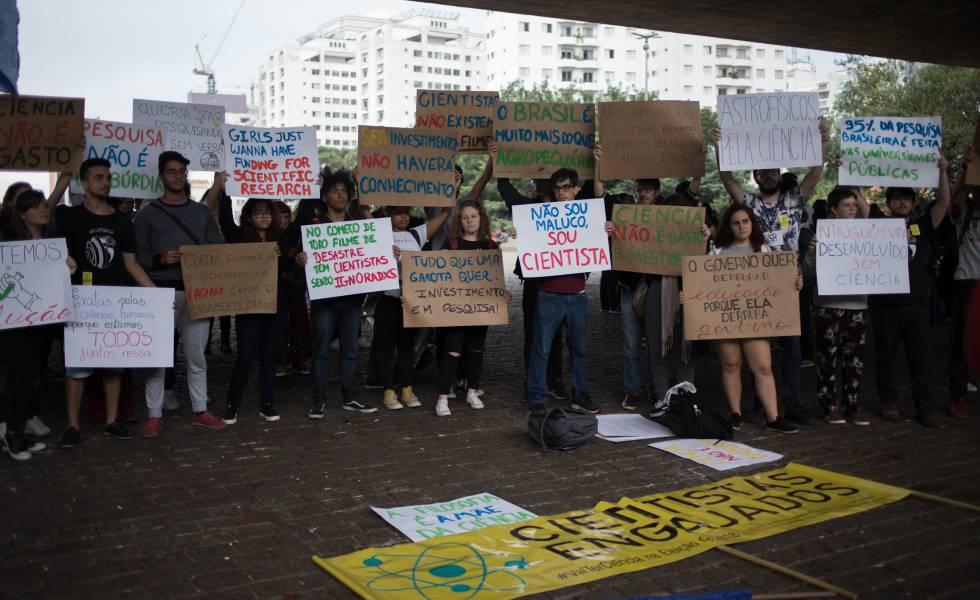 Estudantes protestam contra cortes de verbas para as universidades federais, no vão livre do Masp.