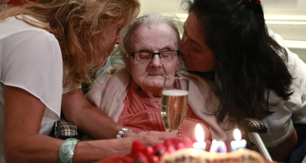 Clare Hollingworth em 10 de outubro, durante a comemoração de seu 105 aniversário.