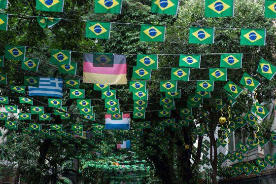 Uma rua do Rio de Janeiro decorada para a Copa.