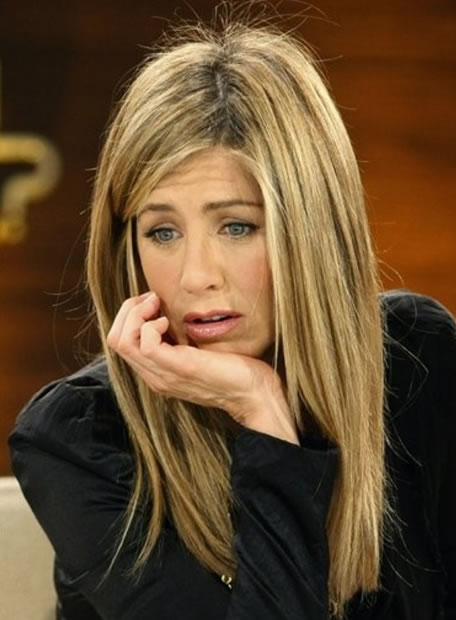 """La semana pasada, Jennifer Aniston y John Mayer daban por terminada su relación por enésima vez. Y las últimas informaciones que publican los tabloides dan una razón de peso para que todo haya acabado: ¡Twitter! Y es que, al parecer, Aniston ha dejado al joven cantante porque ya estaba harta de su """"adicción"""" a la red social. """"Ella le llamaba y él nunca le cogía el teléfono y luego tampoco devolvía sus llamadas ni le enviaba mensajes, y decía que estaba muy ocupado para quedar"""", cuentan sus amigos. Sin embargo, las actualizaciones de su perfil siempre eran recientes. De hecho, cuando lo dejaron, Mayer escribió: """"Lo siento, pero este corazón no traía instrucciones""""."""