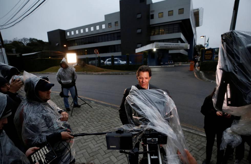 Fernando Haddad grava um vídeo de campanha em frente à superintendência da Polícia Federal onde Lula está preso.