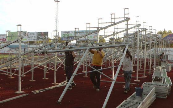 Grades portáteis no estádio do Villanueva.