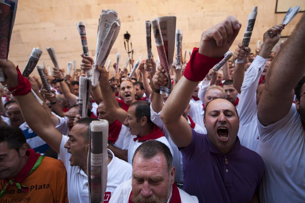 Corredores durante el canto a San Fermín antes del encierro.