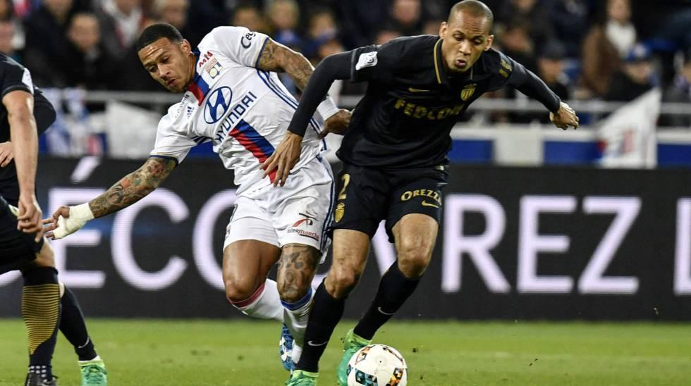 Fabinho disputa a bola com Depay, do Lyon.