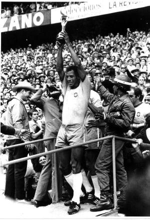 Carlos Alberto levanta o troféu do Mundial de 1970.