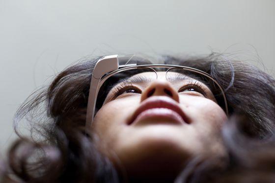 Uma mulher usa o Google Glass.