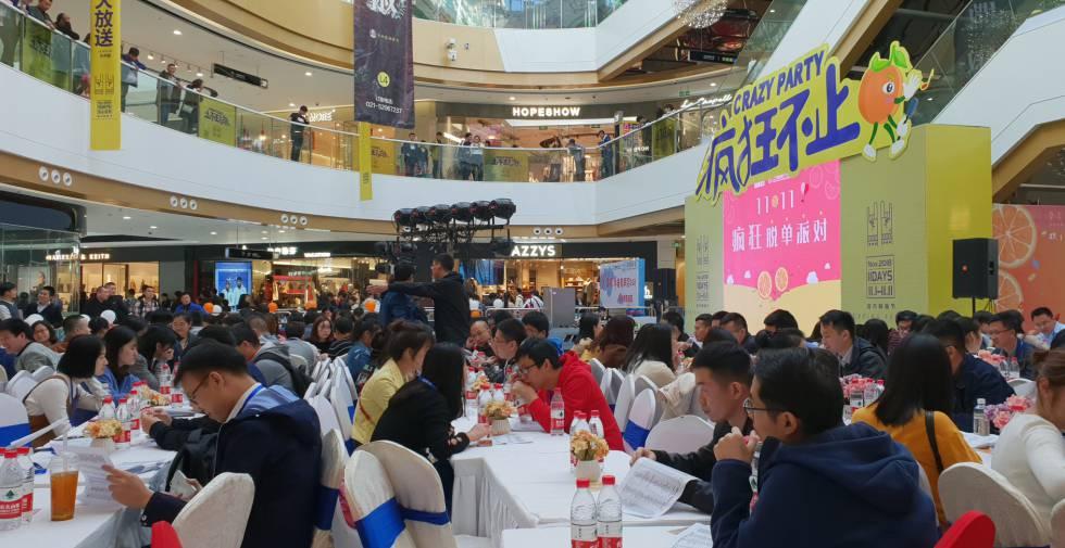 Sessão de encontros às cegas em massa para jovens solteiros em Xangai.