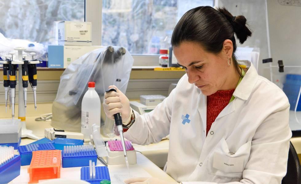 Pesquisadora manipula uma amostra nos laboratórios do instituto IrsiCaixa