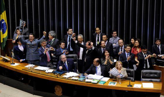 Deputados comemoram aprovação da redução da maioridade.