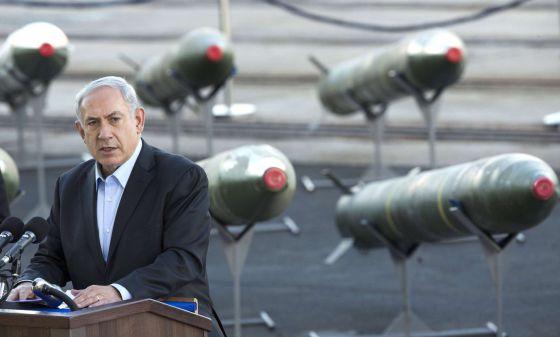 Benjamin Netanyahu com os mísseis interceptados na semana passada.
