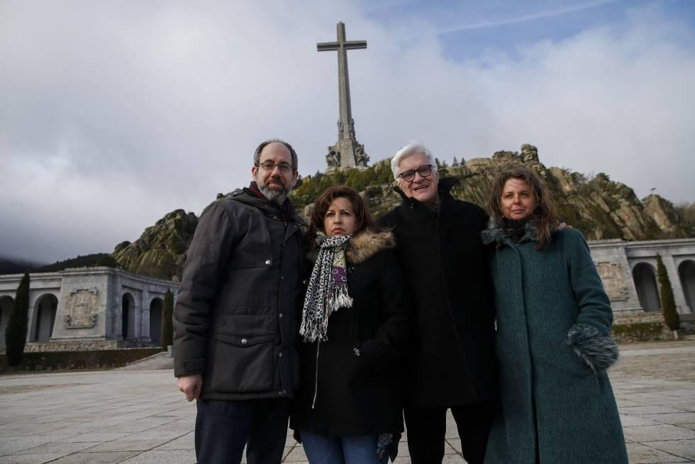 Os diretores do documentário 'O Silêncio dos Outros', Robert Bahar e Almudena Carracedo, nas pontas, e María Ángeles Martín e José María Galante 'Chato', vítimas de crimes do franquismo, no Vale dos Caídos.