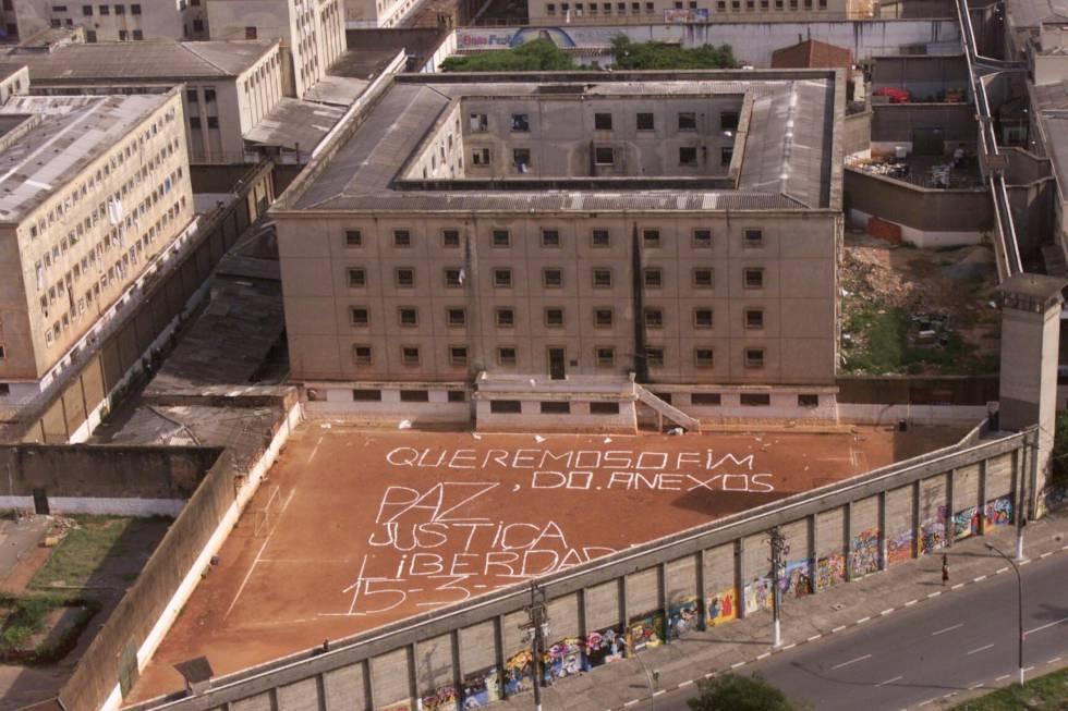 """""""Paz, Justiça e Liberdade"""", o lema do PCC pintado no Carandiru em 2001."""