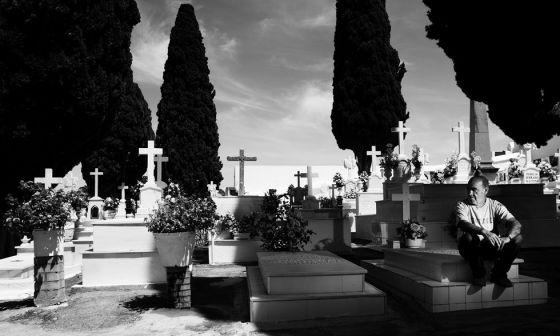 Um sepulturero no cemitério de Aznalcóllar, Sevilha.
