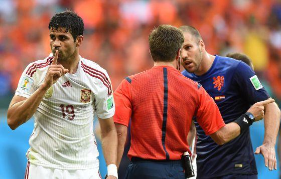 Diego Costa após sofrer o pênalti contra a Holanda.