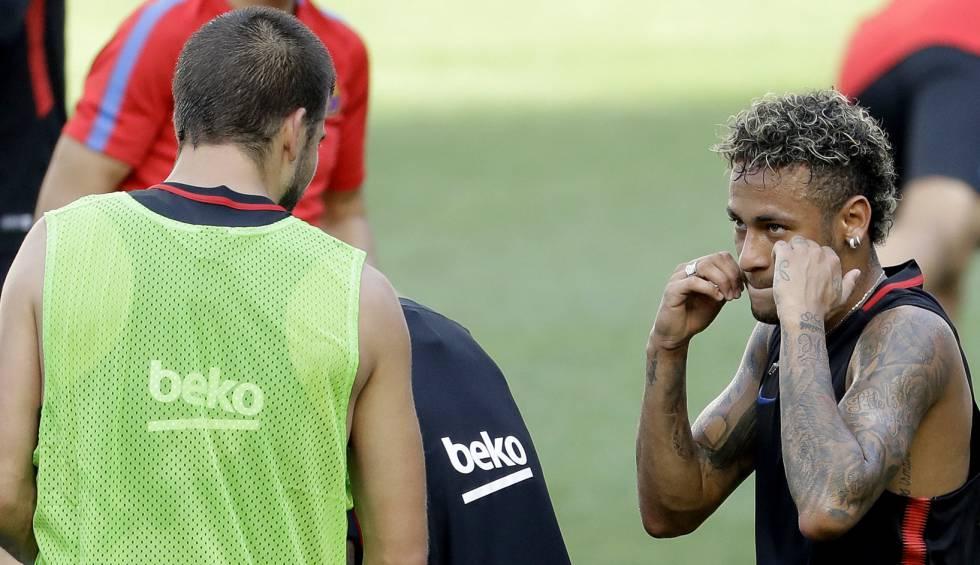 Piqué e Neymar brincam durante treino do Barça, nos EUA.