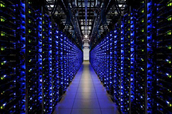 Uma quantidade cada vez maior da vida das pessoas desenvolve-se na rede e é guardada em enormes centros de dados como este da Google.