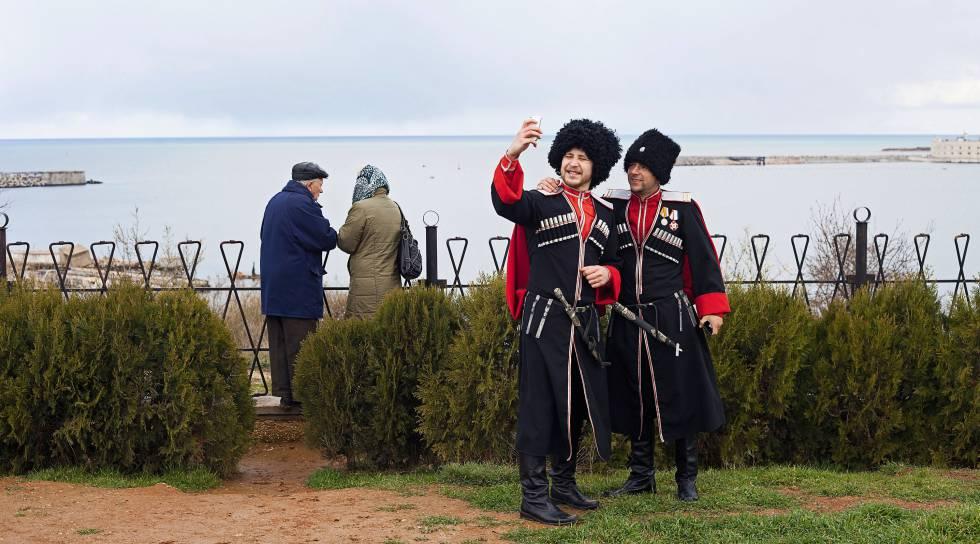 Dois cossacos fazem um autorretrato em Sebastopol, em 2015.