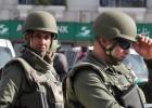 22 pessoas, a maioria turistas, morreram baleadas por dois homens. Governo afastou seis policiais por falhas no dia do ataque