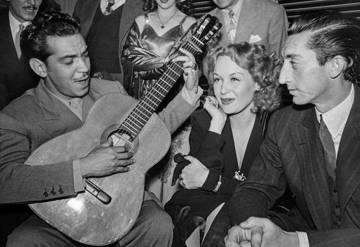 Hilda Krüger, entre o toureiro Manolete e o ator Cantinflas, em 1946.