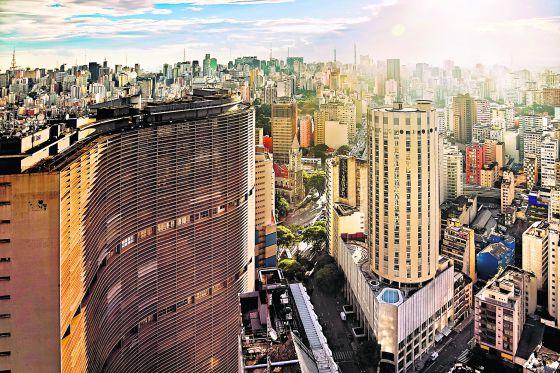 Edifício Copan (à esquerda), projetado pelo arquiteto Oscar Niemeyer em São Paulo
