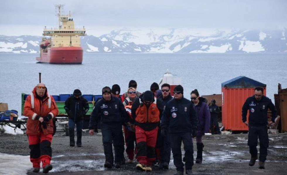 Membros da Força Aérea do Chile na base antártica Presidente Eduardo Frei.