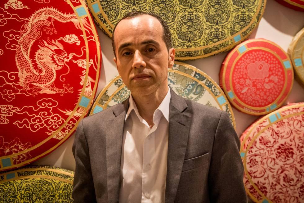 Gaudencio Fidélis, curador da Queermuseu, na casa de Paula Lavigne.