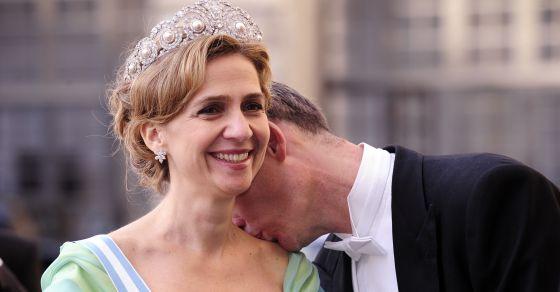 Iñaki Urdangarin beija o pescoço de sua esposa, a infanta Cristina, na chegada ao banquete do casamento real da princesa herdeira da Suécia, em 2010.
