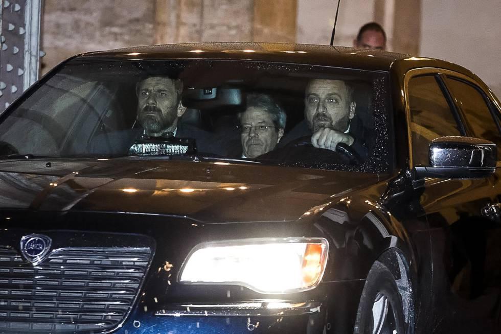 O primeiro-ministro italiano, Paolo Gentiloni (centro), abandona de carro o Palácio do Quirinal.